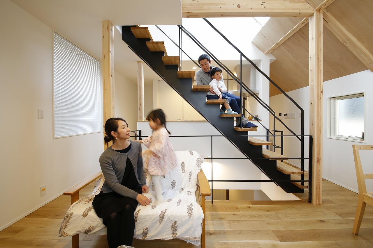 「光井戸」に浮かぶ階段のある住まい