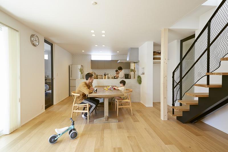 木とコンクリート カフェ風キッチンの家